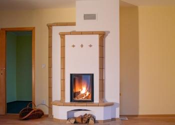 Kachlový akumulační krb s lavičkami s topeništěm LEDA, obestavba v kombinaci šamotu a keramických kachlů Hein