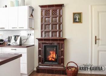 Horkovzdušný kachlový krb - sloupová kamna, část do kuchyně s přikládáním s topeništěm Hoxter HAKA 37/50, kachle Hein