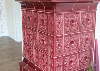 Horkovzdušný kachlový krb - sloupová kamna, část do obývacího pokoje, kachle Hein Akant šarlatová, v soklu nasávací kachel