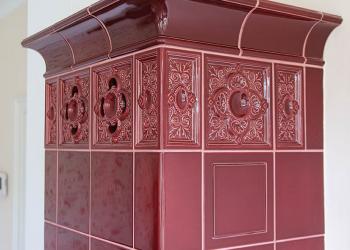 Horkovzdušný kachlový krb - sloupová kamna, část do obývacího pokoje, kachle Hein Akant šarlatová