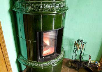 Kachlová sloupová kamna s topeništěm Ortner originální kachle v glazuře zelená lahvová