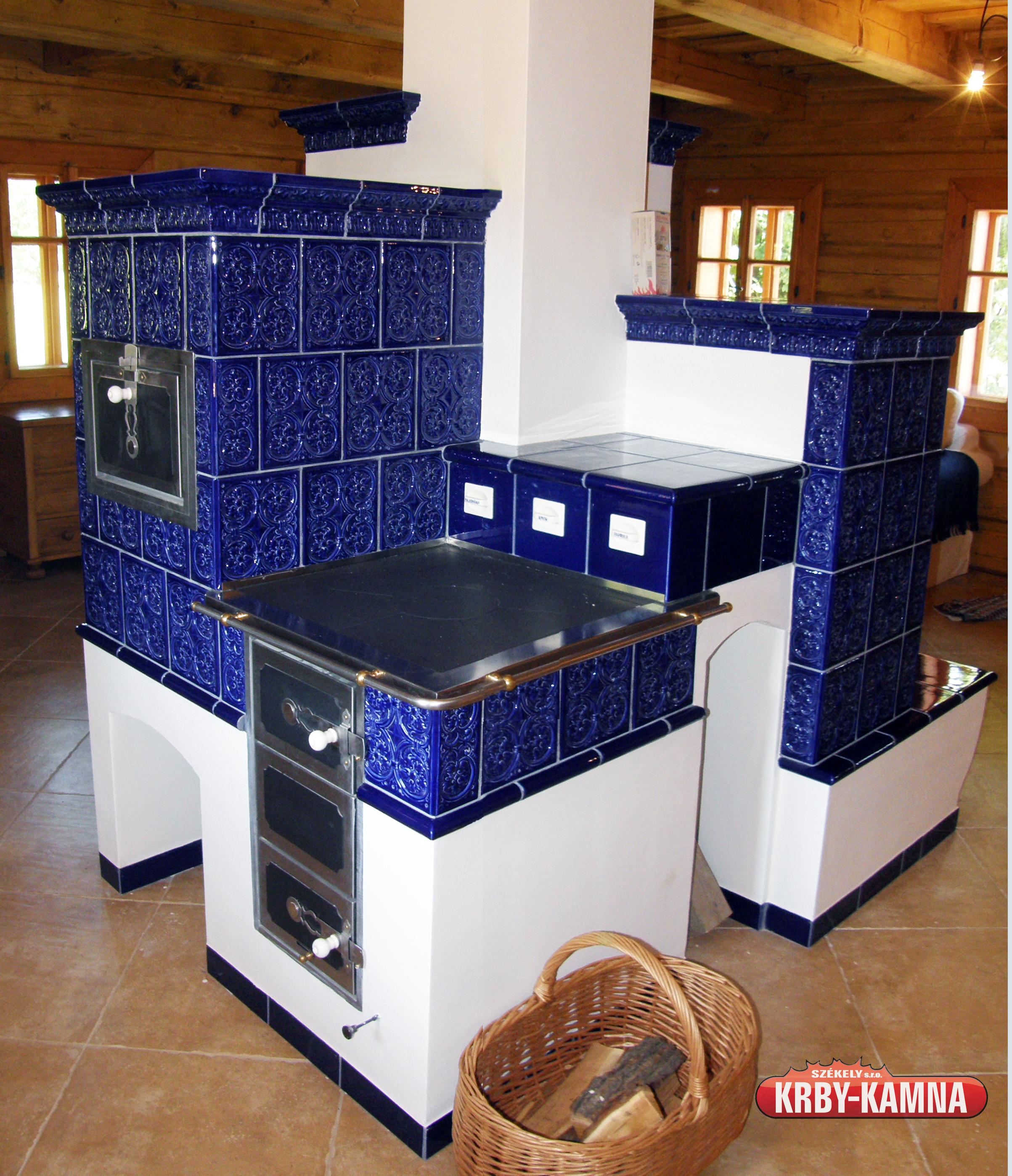 Kachlový sporák s pečící troubou, hlubokým topeništěm a topnou stěnou s lavicí